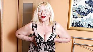 Raunchy British Housewife Effectuation Adjacent to Her Hairy Grab - MatureNL