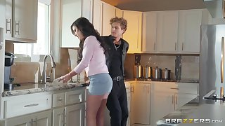 Natural MILF babe Jennifer White takes a big dig up and a facial